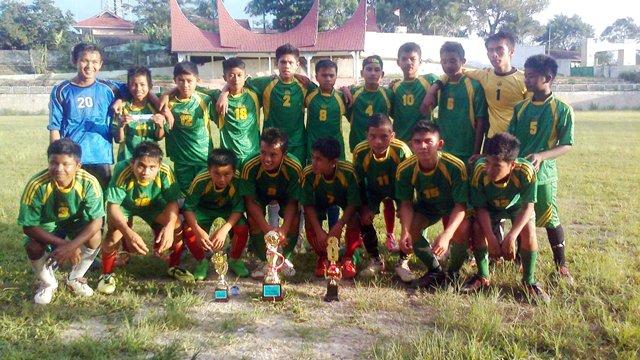 Tim Sepakbola MTsN 5 Tanah Datar Juara 1 Liga Madrasah